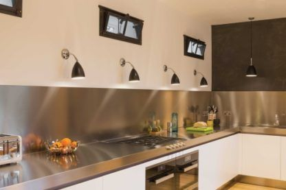 czarny kinkiet w nowoczesnym stylu ze srebrną podstawą - aranżacja nowoczesna kuchnia