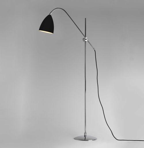 czarna lampa podłogowa do czytania