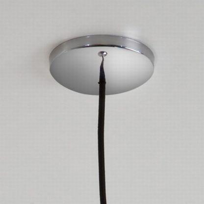 czarna lampa wisząca w nowoczesnym stylu, chromowa podsufitka