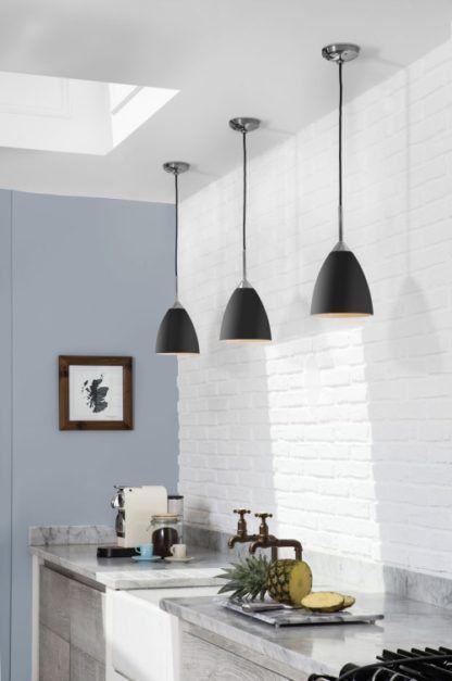 czarna lampa wisząca, matowa - aranżacja kuchnia