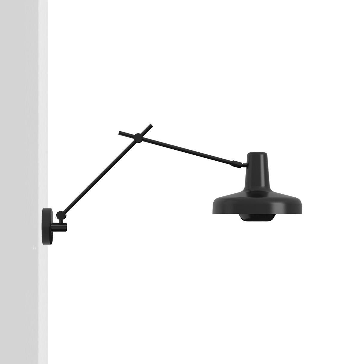 geometryczny kinkiet, czarny mat, ruchome ramię - aranżacja