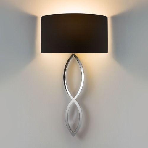 kinkiet w stylu modern classic, srebrna podstawa i czarny abażur