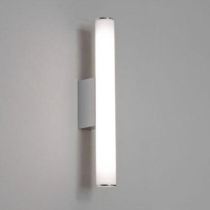 minimalistyczny kinkiet, podłużny klosz z mlecznego szkła, chromowane detale