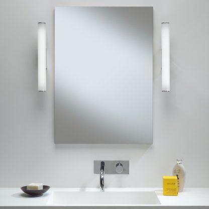 pionowy kinkiet w stylu nowoczesnym, oświetlenie lustra, biały klosz, chromowe detale