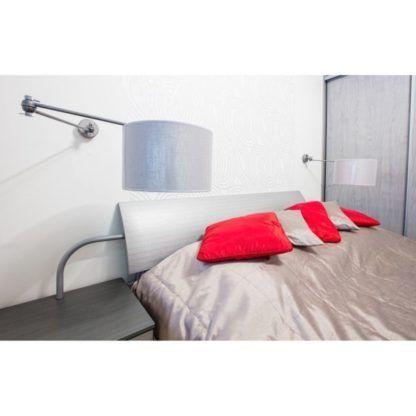 aranżacja - lampa ścienna obrotowa z materiałowym kloszem z połyskiem