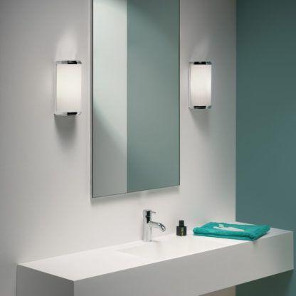 łazienkowy kinkiet z mlecznego szkła w chromowanej obudowie -aranżacja