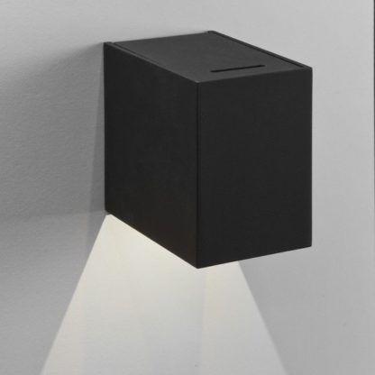 nowoczesny kinkiet, czarna bryła, światło w dół