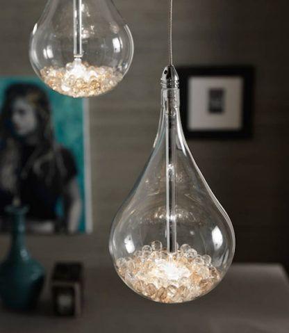 lampa wisząca w kształcie żarówki, wewnątrz małe kryształki
