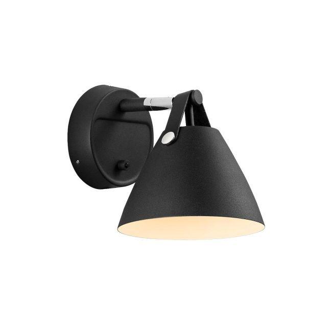 czarny, minimalistyczny kinkiet z trójkątnym kloszem i brązowym elementem