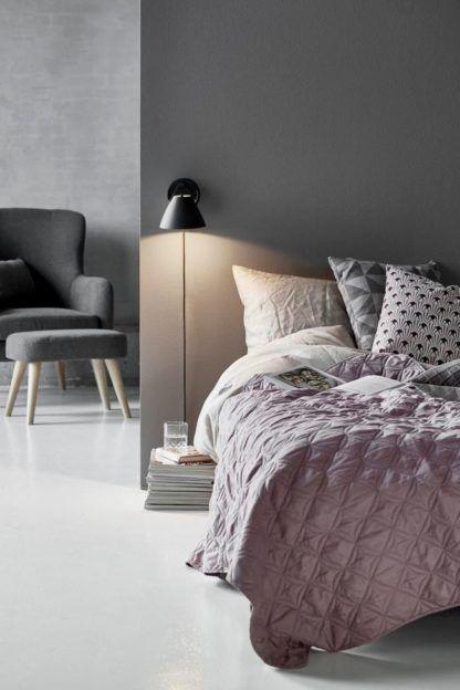 czarny, matowy kinkiet w nowoczesnym stylu - aranżacja sypialnia