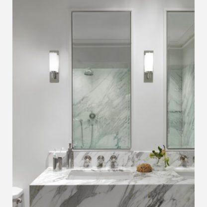 kinkiet do łazienki, pionowy klosz z mlecznego szkła i srebrna obudowa - aranżacja