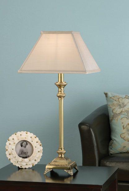 lampa stołowa ze złotą podstawą i białym materiałowym kloszem