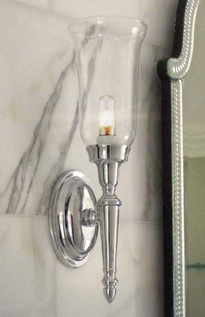 klasyczny kinkiet ze srebrną podstawą i przezroczystym kloszem w formie kielicha