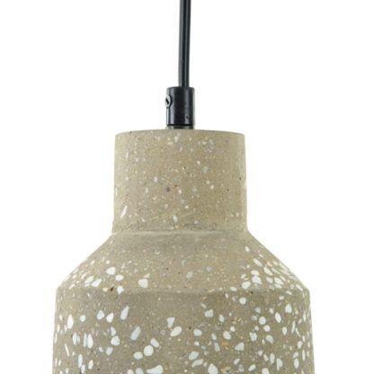 lampa wisząca betonowa z drobnymi kamieniami