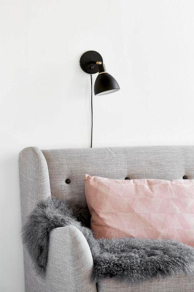 nowoczesny czarny kinkiet do czytania nad sofę