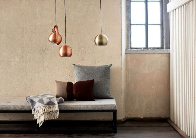 lampa wisząca kula, klosz w kolorze mosiądzu