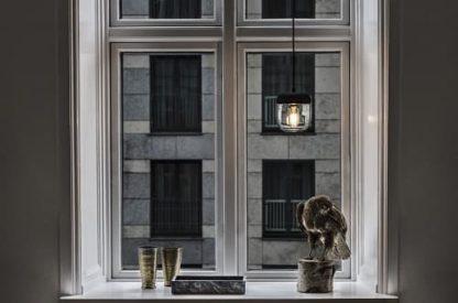 lampa wisząca w skandynawskim stylu. szklany klosz bezbarwny, czarne detale - aranżacja