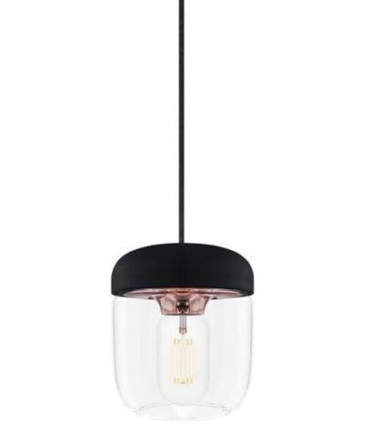 lampa wisząca z bezbarwnym kloszem i czarnym zawieszeniem. Miedziane detale