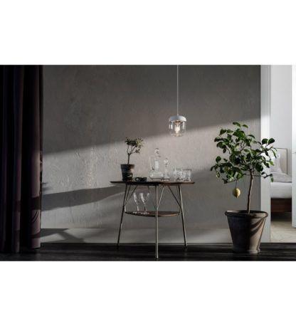 bezbarwna lampa wisząca ze szkła - aranżacja z szarym betonem