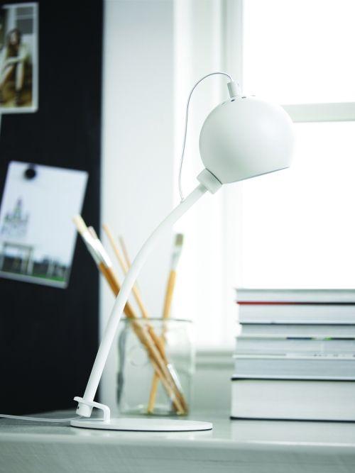 lampa biurkowa w nowoczesnym stylu, białe wykończenie, kulisty klosz