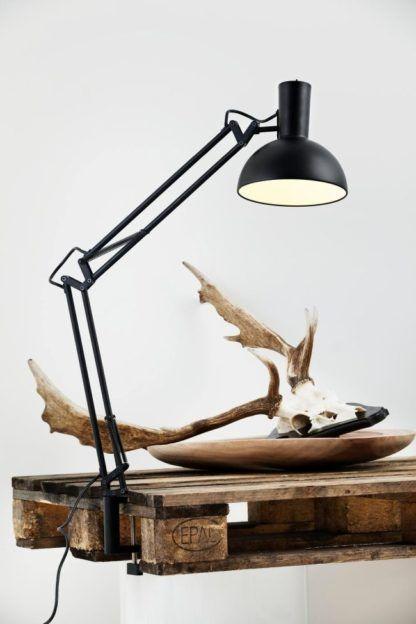 czarna lampa biurkowa, kreślarska, styl nowoczesny, skandynawski - aranżacja