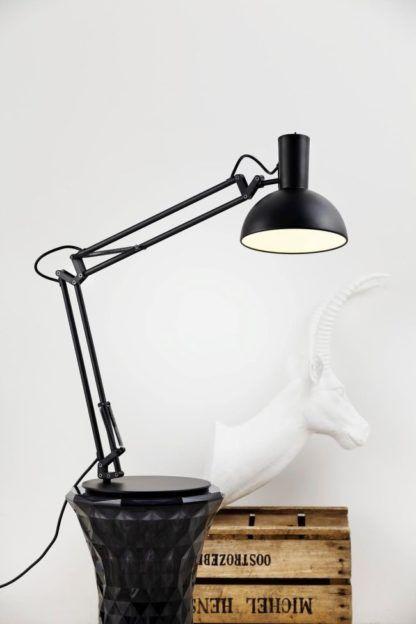 czarna lampa stołowa w stylu skandynawskim, regulowane ramię