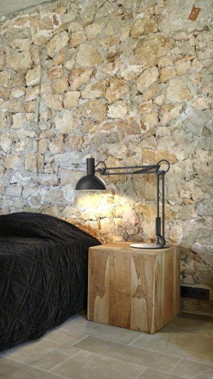 czarna lampa biurkowa, kreślarska, styl industrialny - aranżacja sypialnia