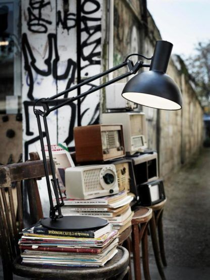 matowa, czarna lampa stołowa z dużym, półokrągłym kloszem, mobilne ramię