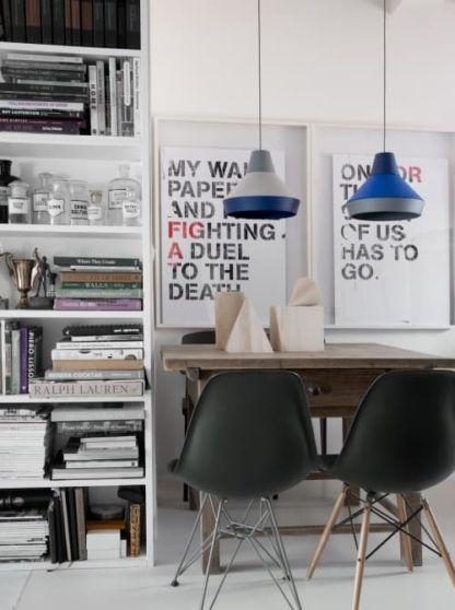 lampa wisząca szaro-niebieska, styl skandynawski - aranżacja nowoczesny gabinet
