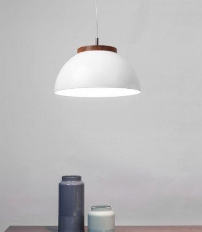 biała lampa półkula, styl skandynawski, drewniany detal