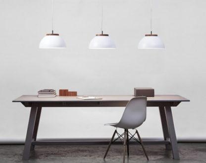 biała lampa wisząca z drewnianą podstawą, styl skandynawski -aranżacja kuchnia
