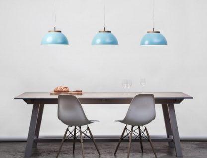 błękitna lampa wisząca w stylu skandynawskim, półkula - aranżacja jadalnia