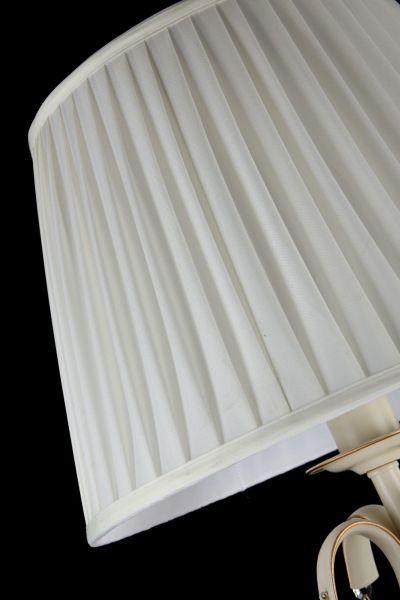 biały abażur na kremowej lampie
