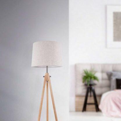 aranżacja - lampa trójnóg w kolorze białym z jasną drewnianą podstawą