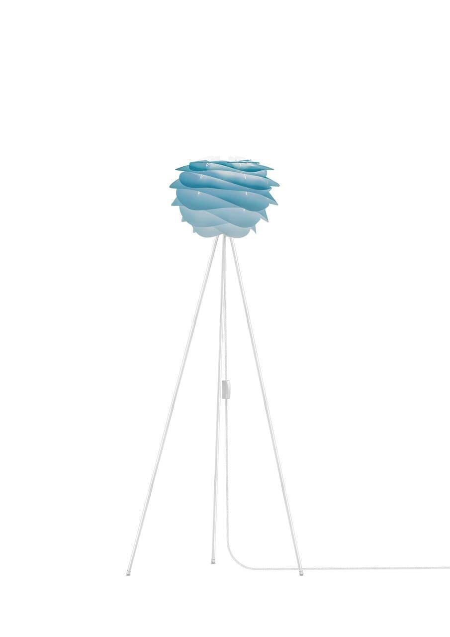 lampa podłogowa z delikatnym, niebieskim kloszem i podstawą trójnogiem w kolorze czarnym
