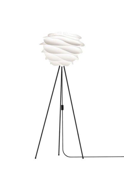 lampa podłogowa na trzech cienkich nogach, czarna podstawa i biały klosz w nowoczesnym stylu