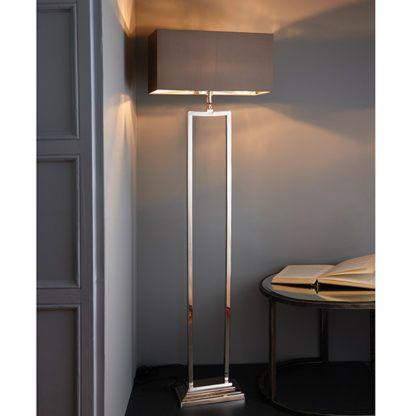 podłużna lampa podłogowa o srebrnym wykończeniu i materiałowym kloszu