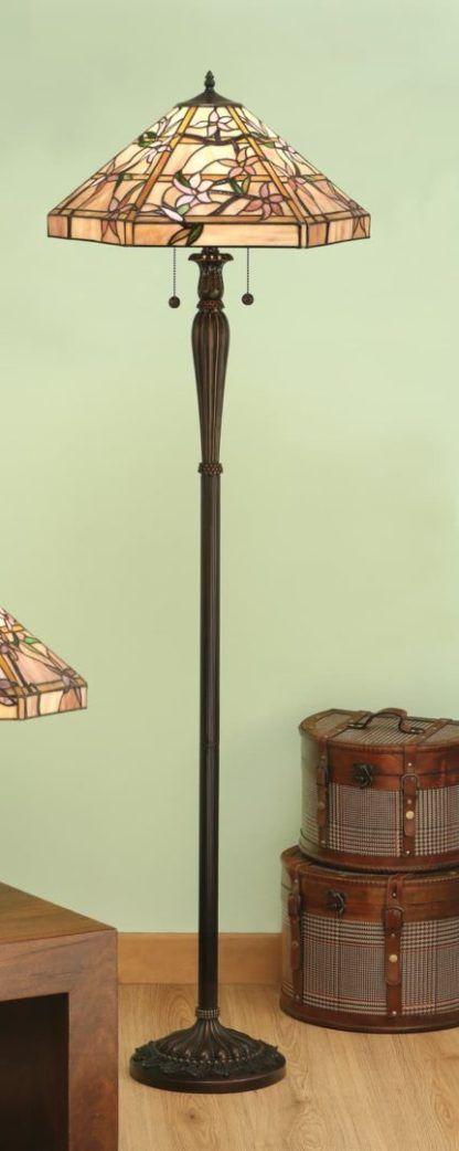 aranżacja - klasyczna lampa podłogowa z kolorowym szklanym kloszem