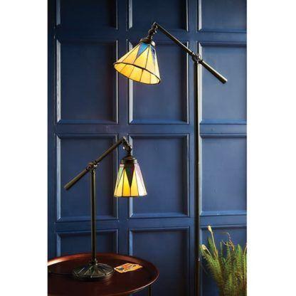 aranżacja - smukła lampa podłogowa z witrażowym kloszem