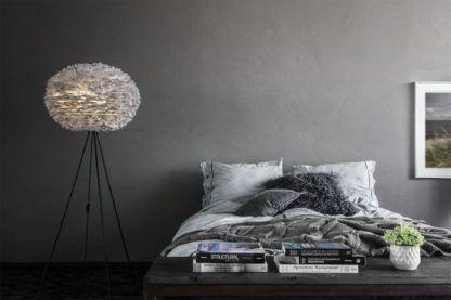 lampa podłogowa tripod, czarne nóżki, duży okrągły klosz z szarych piór - aranżacja sypialnia nowoczesna, szara