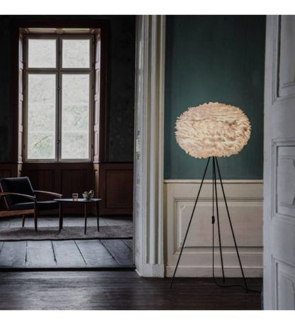 duża lampa podłogowa na czarnym trójnogu, duży klosz z piór w kolorze jasnobrązowym - aranżacja