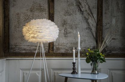 duża lampa podłogowa z okrągłym kloszem z białych piór, biała podstawa tripod - aranżacja