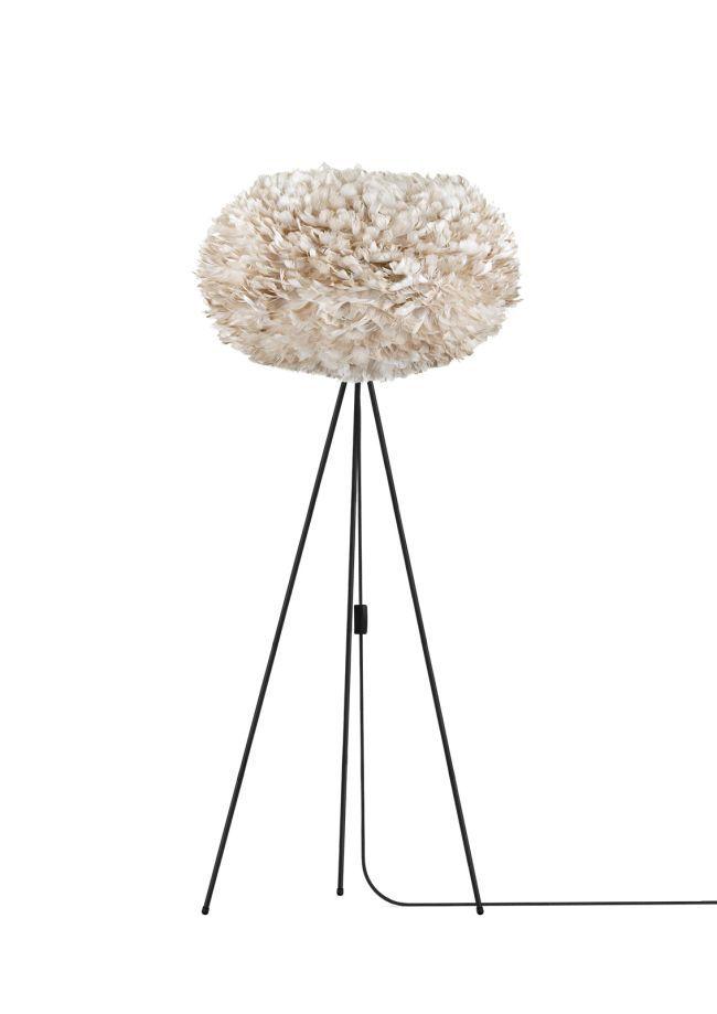 lampa podłogowa z dużym kloszem, biały trójnóg, klosz jasnobrązowy, styl skandynawski