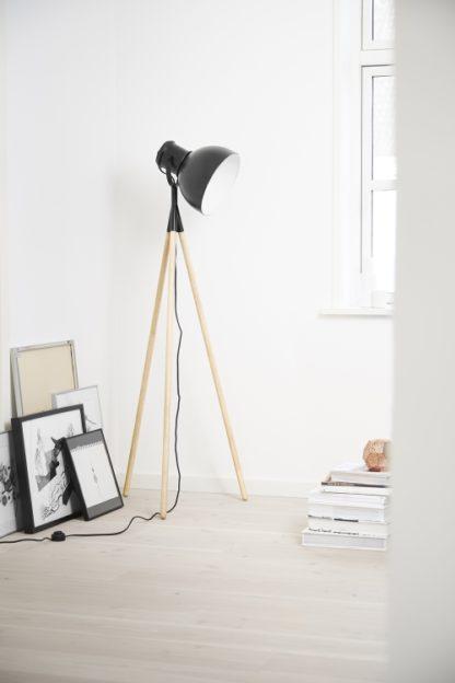 lampa podłogowa triod, czarny klosz, drewniana podstawa, styl skandynawski