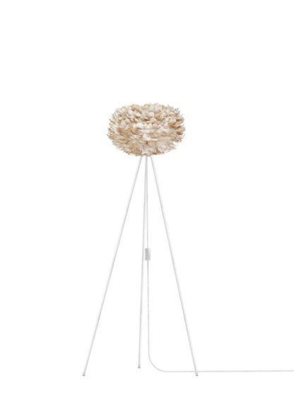 lampa podłogowa z jasnobrązowym kloszem kulą z piór, biały trójnóg, styl skandynawski