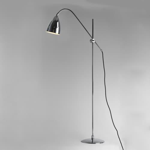 lampa podłogowa zakrzywiona w łuk, regulowane ramię, klosz chromowany - aranżacja
