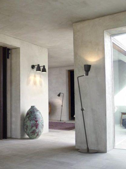 skandynawska lampa podłogowa z czarnym ruchomym kloszem