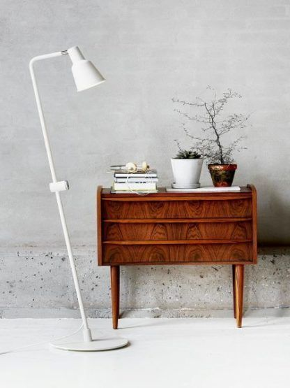 aranżacja - biała lampa podłogowa w stylu skandynawskim