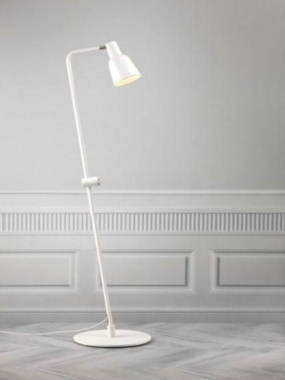 biała lampa podłogowa minimalistyczna z ruchomym kloszem