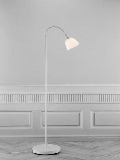 biała lampa podłogowa w stylu skandynawskim - aranżacja